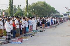 祈祷对阿拉的亚裔人民户外 免版税库存图片