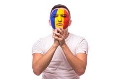 祈祷并且哭泣在罗马尼亚国家队比赛的罗马尼亚足球迷  免版税图库摄影