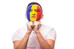 祈祷并且请求在罗马尼亚国家队比赛的胜利罗马尼亚足球迷  库存图片