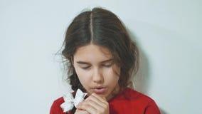 祈祷早晨的女孩 女孩手祈祷 在信念灵性的祷告概念折叠的手和 影视素材