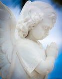 祈祷有天空背景的儿童天使 库存照片