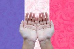 祈祷的人开放空的手为法国 免版税库存照片