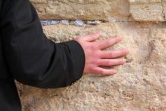 祈祷的人的现有量在西部墙壁上的 免版税库存照片
