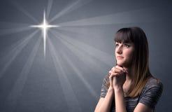 祈祷的女孩概念 免版税库存照片