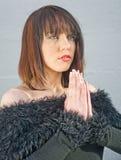 祈祷的女孩,请求奇迹。 免版税库存图片