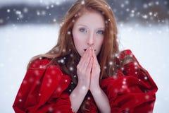 祈祷的妇女在冬天 免版税库存照片