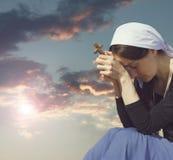 祈祷的妇女照片  库存照片
