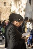 祈祷的妇女的一个近景西部墙壁的 库存照片