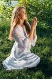 祈祷的妇女年轻人 免版税库存图片