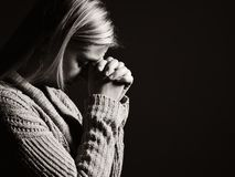 祈祷的妇女 免版税库存图片