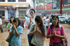 祈祷的寺庙行人 免版税库存图片