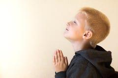 祈祷的小孩(男孩),基督教 免版税库存照片