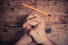 祈祷的手和铅笔 免版税库存图片