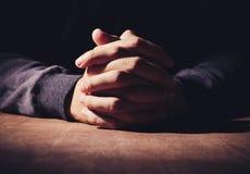 祈祷的手 库存图片