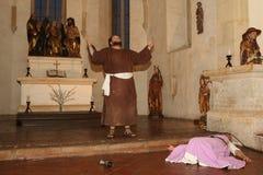 祈祷的教士在教堂里 免版税库存图片