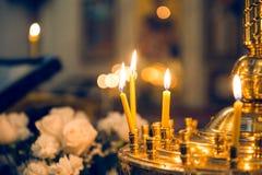 祈祷的蜡烛在教会特写镜头 免版税图库摄影