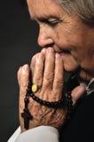 祈祷的高级妇女。 图库摄影