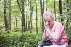 祈祷的高级妇女 库存图片