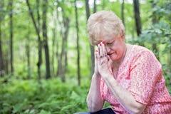 祈祷的高级妇女 免版税库存图片