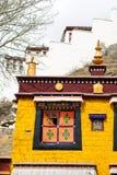 祈祷的黄色寺庙在拉萨,西藏 库存图片