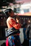 祈祷的Tibetant妇女 免版税库存照片