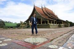 祈祷菩萨和旅行的亚裔泰国妇女人民在Wat phu prao在诗琳通区在乌汶叻差他尼,泰国 免版税库存照片