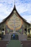 祈祷菩萨和旅行的亚裔泰国妇女人民在Wat phu prao在诗琳通区在乌汶叻差他尼,泰国 免版税库存图片