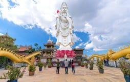 祈祷菩萨的佛教徒在古老建筑塔 免版税库存照片
