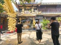 祈祷菩萨的佛教徒在古老建筑塔 库存照片