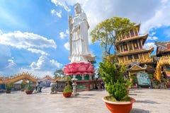 祈祷菩萨的佛教徒在古老建筑塔 免版税库存图片