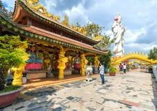 祈祷菩萨的佛教徒在古老建筑塔 库存图片