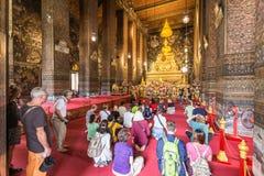 祈祷里面佛教寺庙的人们 图库摄影