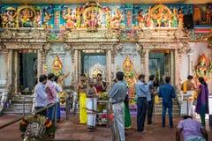 祈祷里面Sri Veeramakaliamman寺庙的人们在一点印度,新加坡 免版税库存照片