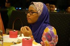祈祷年轻回教的女孩,隔绝在灰色背景 免版税图库摄影