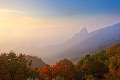 祖先山早晨雾和秋天森林  免版税库存图片