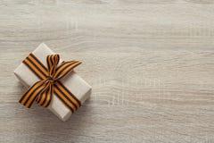 祖国保卫者日 有圣乔治丝带的礼物盒 库存图片