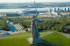 祖国的雕象在伏尔加格勒 从寄生虫的看法关闭 勇敢平民创建了崇拜的中断的争议法国纪念碑警察战士泰国对胜利 免版税库存照片