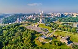 祖国纪念碑和第二次世界大战博物馆的鸟瞰图在基辅,乌克兰 免版税库存照片