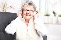 祖母听到音乐 免版税库存图片