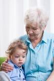 祖母和哀伤的小男孩 库存图片