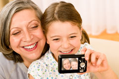 祖母和女孩拍照片  免版税库存照片