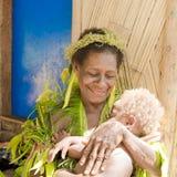祖母和婴孩,传统打扮,自然材料,所罗门群岛,南太平洋 免版税图库摄影
