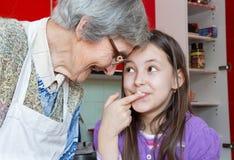 祖母和孙在厨房里 免版税库存图片