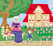 祖母和孙女在庭院里 免版税库存照片