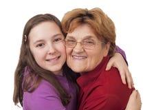 祖母和孙女拥抱 免版税库存照片