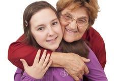 祖母和孙女拥抱 免版税库存图片