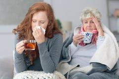 祖母和孙女有流感的 免版税库存照片