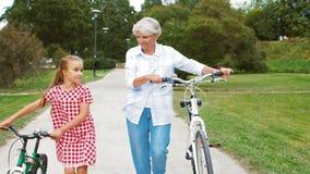 祖母和孙女有自行车的 影视素材