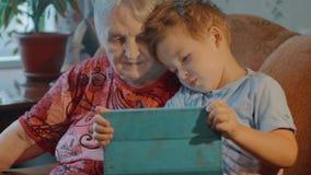 祖母和孙子用途片剂在家 影视素材