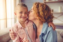 祖母和小女孩在家 图库摄影